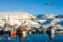 Port coloré et tranquille dans la région arctique Photographie stock libre de droits