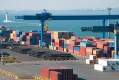 Port commercial avec des conteneurs image stock