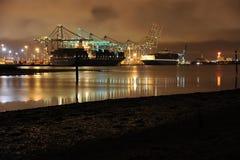 Port commercial de conteneur de Southampton par nuit. Photos libres de droits