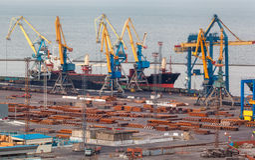 Port commercial de mer la nuit dans Mariupol, Ukraine Vue industrielle Le bateau de fret de cargaison avec le travail tend le cou Photos libres de droits