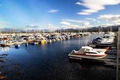 Port complètement des bateaux. Beau ciel avec des nuages Image libre de droits