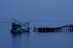 Port d'île la nuit Photo stock