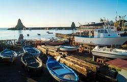 Port d'Acitrezza avec le vieux bateau Images libres de droits