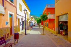 PORT D ANDRATX, SPANIEN - AUGUSTI 18 2017: Härlig sikt av liten gammal steet i stad för port som D Andratx lokaliseras i Mallorca fotografering för bildbyråer