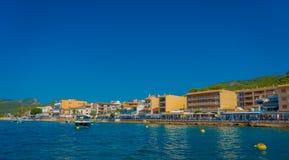 PORT D ANDRATX, SPANIEN - AUGUSTI 18 2017: Härlig sikt av Mallorca Balearic Island, med några byggnader i horisonten Arkivfoto