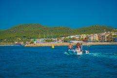 PORT D ANDRATX, SPANIEN - AUGUSTI 18 2017: Oidentifierad familj som tycker om sikten av det blåa vattnet och en härlig blå himmel Arkivfoto