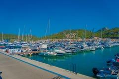 PORT D ANDRATX, SPANIEN - AUGUSTI 18 2017: Andratx siktsport i Mallorca, Spanien med en segelbåt i det första stället Royaltyfria Foton
