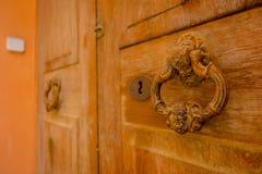 PORT D ANDRATX, SPANIEN - AUGUSTI 18 2017: Stäng sig upp av ett gammalt antikt dörrlås i en brun dörr, i stad för port D Andratx royaltyfri fotografi