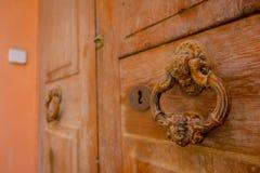 PORT D ANDRATX, SPANIEN - AUGUSTI 18 2017: Stäng sig upp av ett gammalt antikt dörrlås i en brun dörr, i stad för port D Andratx royaltyfri bild