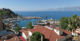 Port d'Antalyas Oldtown, la mer de Mediteranian et le Taurus Mountains Photos libres de droits