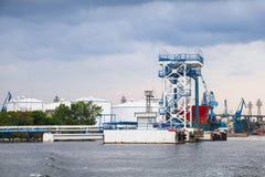 Port d'arrivée ou de départ pour le pétrole avec l'équipement pour le chargement de bateaux-citerne Photo libre de droits