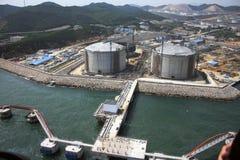 Port d'essence et stockage de l'énergie par la mer image libre de droits