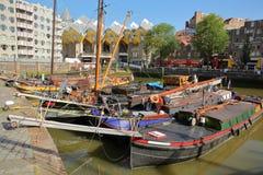 Port d'Oudehaven avec les bateaux-maison et les maisons historiques colorés de cube Kijk Kubus à l'arrière-plan, Rotterdam photo libre de droits