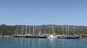 Port d'Ucagiz avec des bateaux de navigation, près de l'île de Kekova et de la ville submergée Simena en Turquie Photos stock