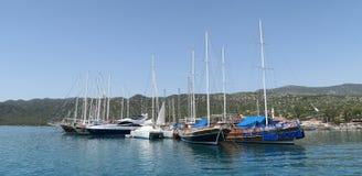 Port d'Ucagiz avec des bateaux de navigation, près de l'île de Kekova et de la ville submergée Simena en Turquie Photographie stock