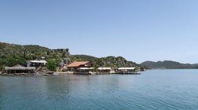 Port d'Ucagiz avec des bateaux de navigation, près de l'île de Kekova et de la ville submergée Simena en Turquie Photographie stock libre de droits