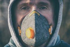 Port d'un vrai masque protecteur contre la pollution, d'anti-brouillard enfumé et de virus photographie stock libre de droits
