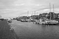 Port d'Urk avec le temps morne en noir et blanc photos stock