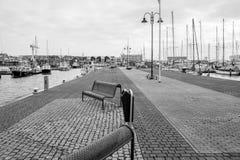 Port d'Urk avec le temps morne en noir et blanc images libres de droits
