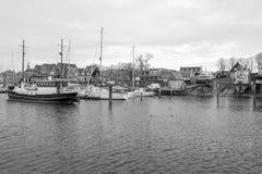 Port d'Urk avec le temps morne en noir et blanc photos libres de droits