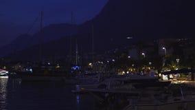 Port dans la ville de Makarska à la vue de nuit des yachts clips vidéos