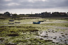 Port dans le temps à marée basse de Bretagne photo libre de droits