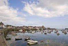 Port dans le temps à marée basse de Bretagne photographie stock