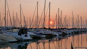 Port de bateau à voile au lever de soleil images stock