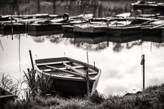 Port de bateau - dans des bateaux en bois noirs et blancs sur le lac Photographie stock