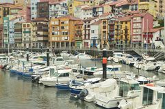 Port de Berneo avec ses bateaux de pêche et de sports dans l'amarrage par Huracan Hugo Nature de voyage de navigation image libre de droits