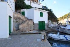 Port de Cala Figuera de village de pêche avec des hangars à bateaux et des portes vertes, Majorca Images stock