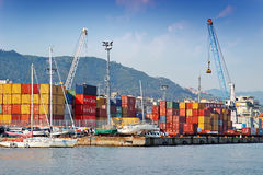 Port de cargaison avec des récipients et des grues Images libres de droits