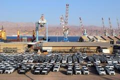 Port de cargaison et nouvelles voitures à vendre, Eilat, Israël Photographie stock libre de droits