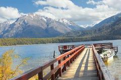 Port de Chucao sur le lac Menendez, mélèzes de parc, Patagonia, Argentine image stock
