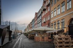 Port de Copenhague Nyhavn dans un début de la matinée image libre de droits