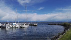 Port de Cortaillod i Schweiz på Neuchatel sjön royaltyfri bild