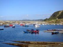 Port de Cudillero avec son phare à l'arrière-plan images libres de droits