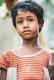 PORT DE DIAMANT, INDE - 30 MARS 2013 : Pauvre garçon indien rural avec un portrait triste de plan rapproché de yeux Image stock