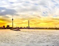 Port de Dusseldorf, Allemagne au coucher du soleil Images libres de droits