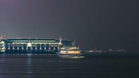 Port de ferry-boat dans le timelapse du centre de nuit de Hong Kong banque de vidéos
