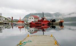 Port de Honningsvag - bateaux de pêche colorés avec le brouillard Photographie stock