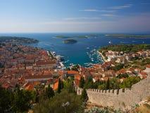 Port de Hvar au-dessus de regard chez la Croatie Image libre de droits