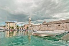 Port de Lazise sur le policier de lac - Italie Image libre de droits