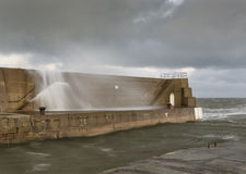 Port de Lossiemouth, rupture de vagues. Photographie stock libre de droits