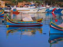 Port de Marsaxlokk avec les bateaux de pêche colorés photo libre de droits