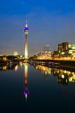 Port de medias de Dusseldorf la nuit Photos stock