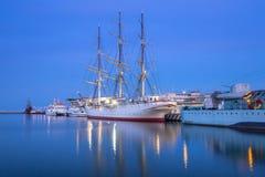 Port de mer baltique à Gdynia la nuit Photographie stock libre de droits