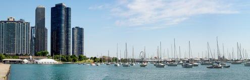 Port de Monroe avec le ciel bleu et rivière Chicago image stock