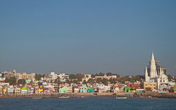 Port de pêche avec la grande église à l'arrière-plan, KanyaKumari photo libre de droits