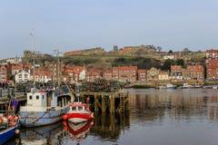 Port de pêche de Whitby et abbaye ruinée Photos stock